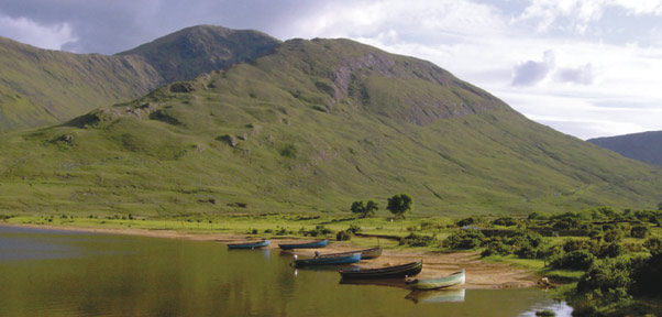 connemara_lake_boats